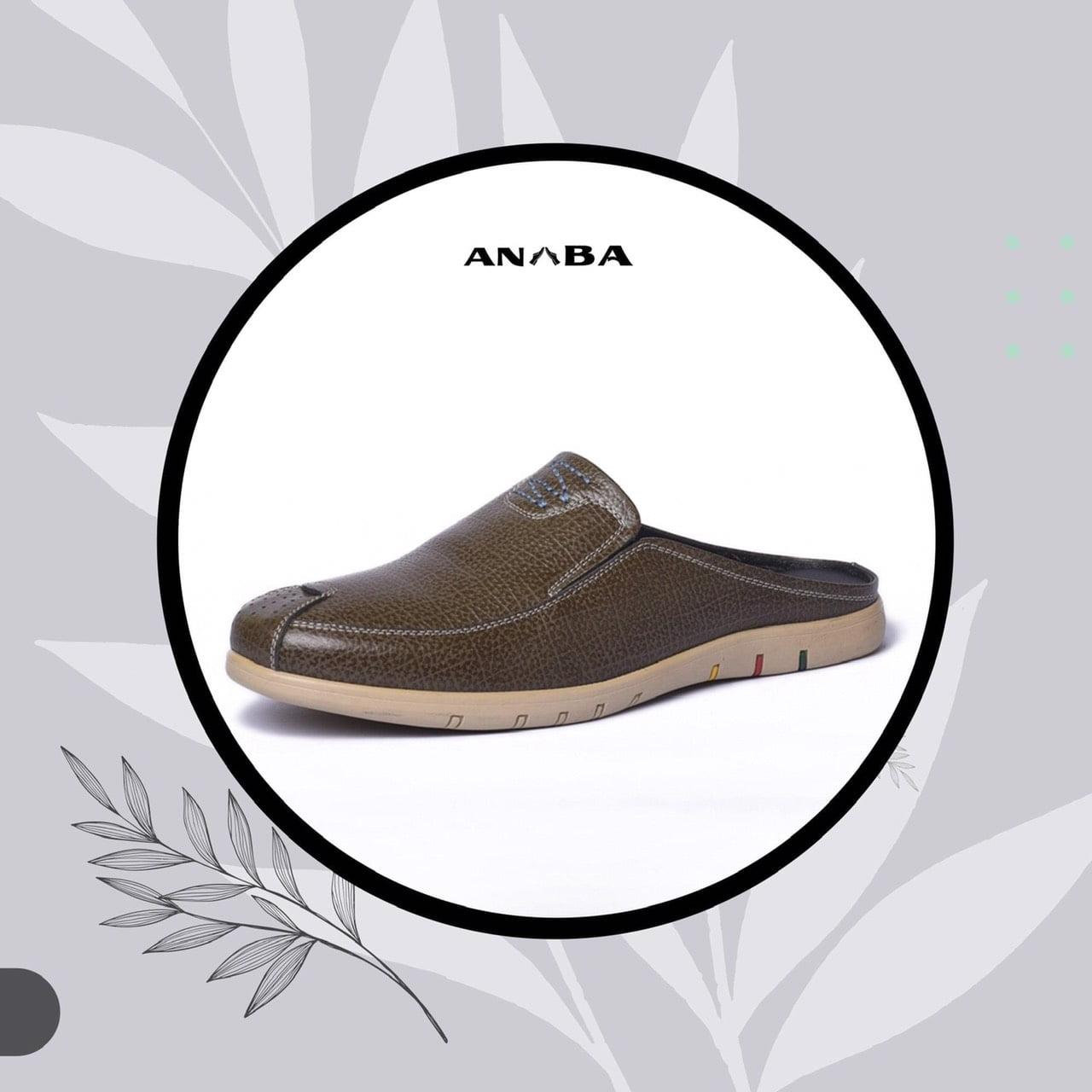 Form dáng sản phẩm dựa trên thiết kế chuẩn của một đôi giày tây mũi tròn chính thống, phần hở gót và toàn bộ dép đều được làm từ chất liệu da bò thật 100%.